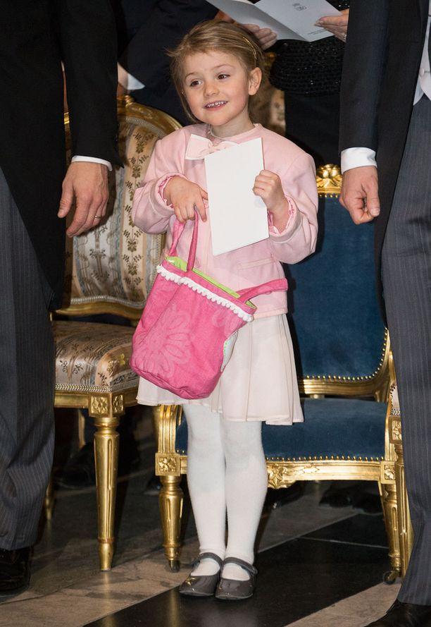 Pikkuveljensä, prinssi Oscarin kiitosjumalanpalveluksessa Estelle edusti näin nättinä.