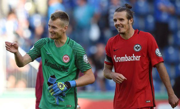 """Lukas Hradecky ja Eintracht Frankfurtin """"Jalkapallojumala"""" Alexander Meier nauttivat viime sunnuntain cupvoitosta."""