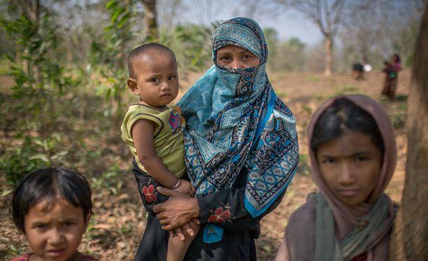 Rohingya-muslimiperhe pakeni väkivaltaisuuksia Myanmarista Bangladeshiin.