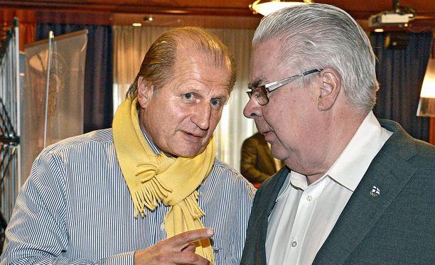 Juhani Tamminen (vas.) vaatii Kalervo Kummolalta toimenpiteitä Jääkiekkoliiton puheenjohtajapelissä.