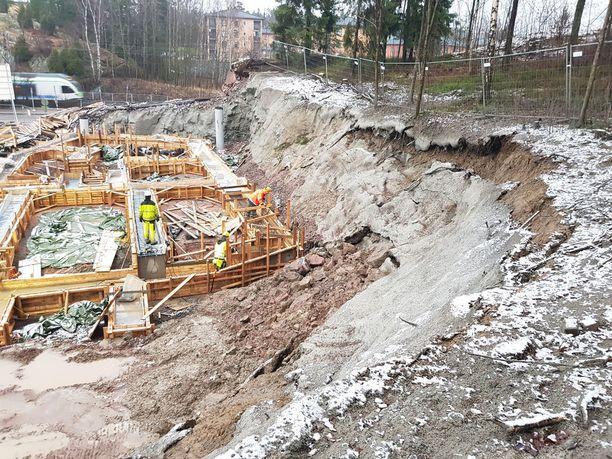 Heikki pelkää, että rinne romahtaa rakennustyömiesten päälle. Kuva on otettu noin viikko sitten.