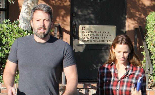 Ben Affleck ja Jennifer Garner huolehtivat jatkossakin yhdessä kolmesta lapsestaan.