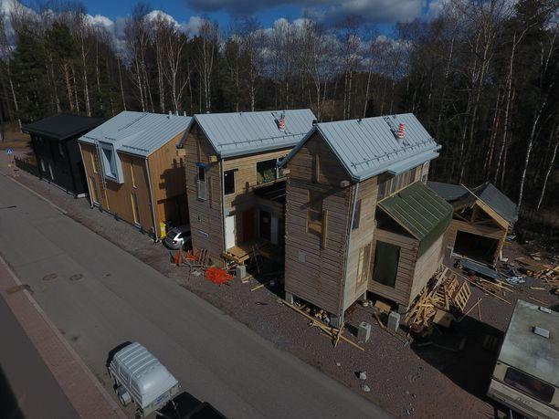 Tältä Helsingin moderneimmat hirsitalot näyttivät ilmasta kuvattuna huhtikuussa.