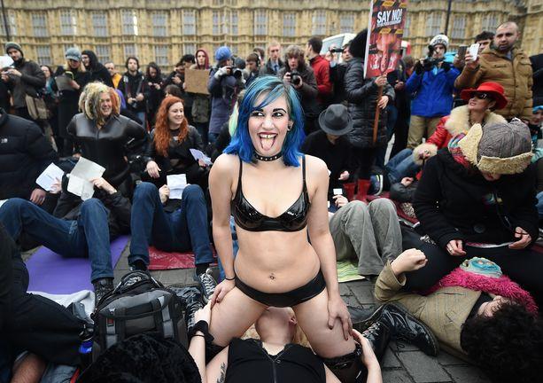 Pornon säätely on aiheuttanut Britanniassa kiistaa aiemminkin. Vuonna 2014 ihmiset osoittivat mieltään lakia kohtaan, joka kielsi pornosta muun muassa naamalla istumisen.