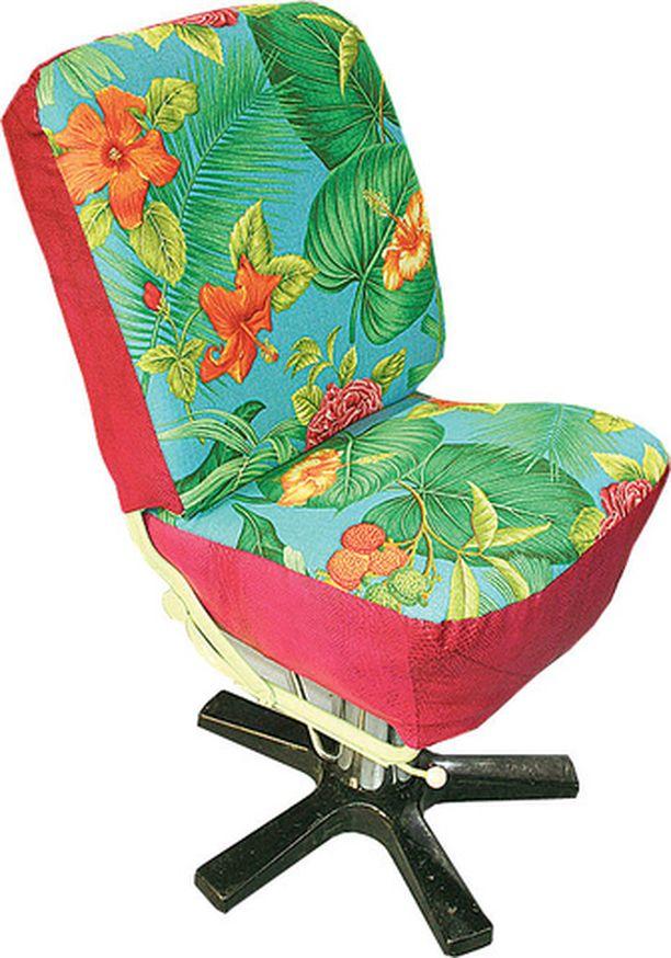 Kuplavolkkarin miltei mädäntyneestä penkistä tuli raikas ja ihana tuoli. - Poistin vanhan auton tuolista kaikki sisukset ja uusin ne. Sitten verhoilin tuolin uudella kankaalla. Vanha konttorituolin jalka löytyi romuliikkeestä.