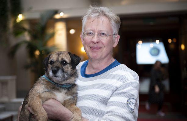 Pekka Poudan mukaan hänen Sini-koiransa ei ole tykännyt sateisesta ja lumettomasta talvesta.