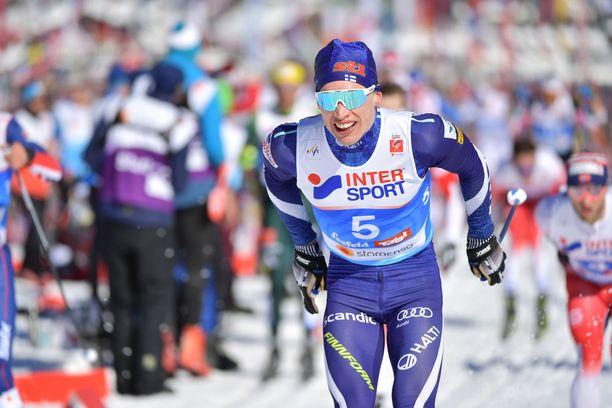 Iivo Niskanen hiihti Suomen ensimmäisen osuuden. Kuva lauantailta.