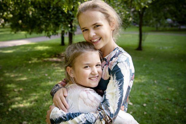 """Tubettajasisarukset Sofia ja Elina ovat toistensa parhaita ystäviä. He ovat luonteeltaan erilaisia, mutta viihtyvät silti yhdessä. """"Olemme saaneet fanipostia, että muiden sisarusten välit ovat parantuneet meidän takiamme"""", tytöt paljastavat."""