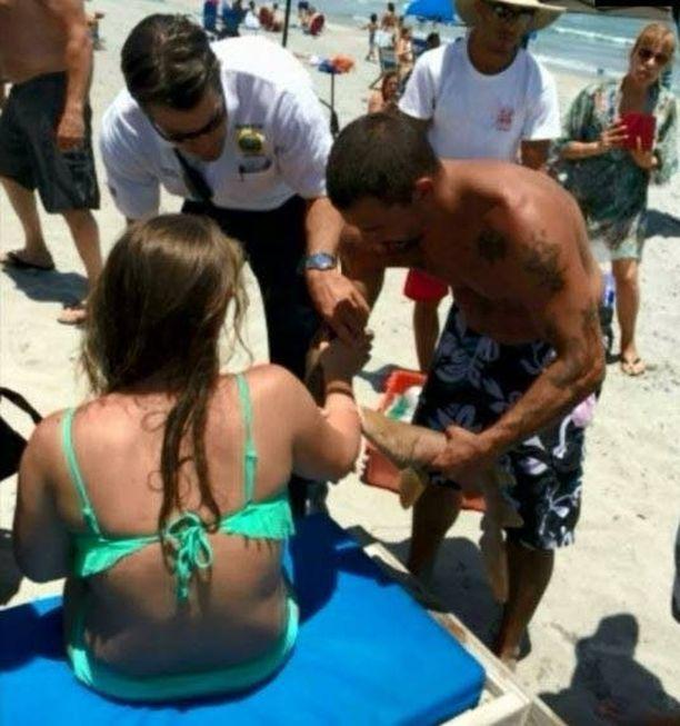 Hai iski naisen käsivarteen kiinni sunnuntaina rannalla Floridassa.