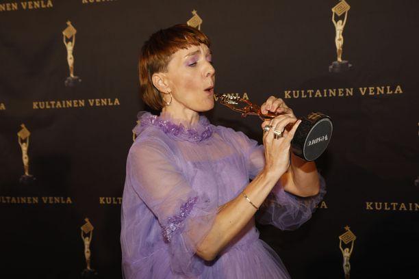 Maria Veitola tuuletteli palkinnon voitettuaan.