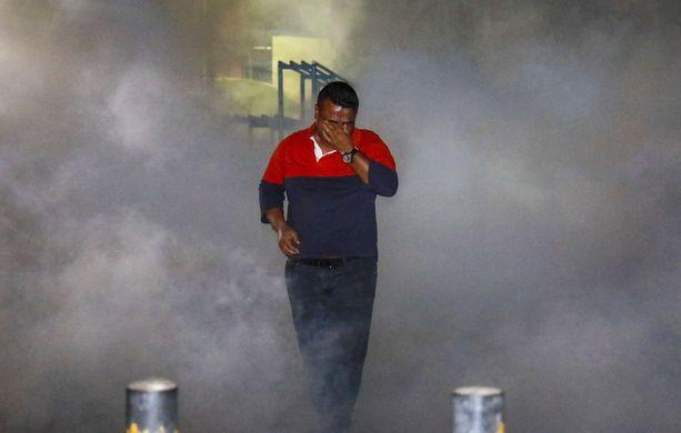 Poliittisten vankien vapauttamista vaatinut mielenosoittaja hieroi silmiään poliisin hajotettua protestit kyynelkaasulla pääkaupungissa Malessa viime perjantaina.