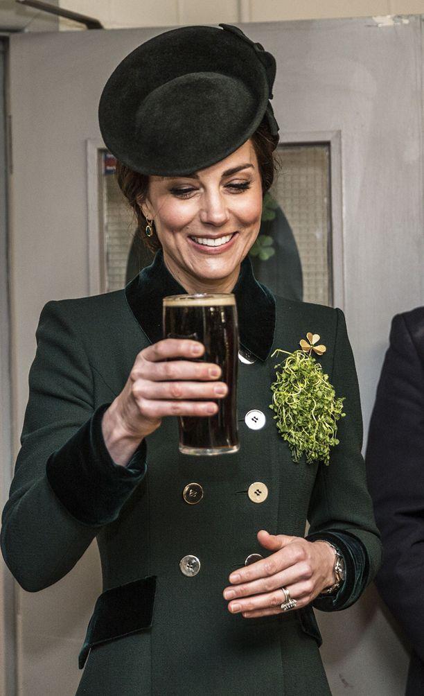 Olut sai hymyn Catherinen huulille.