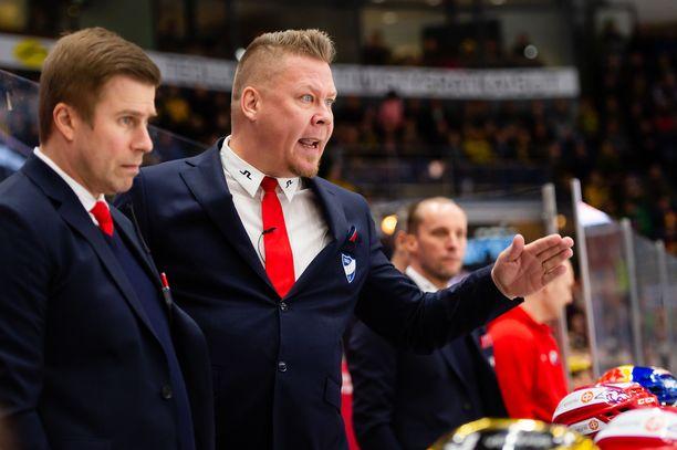 HIFK:n päävalmentaja Jarno Pikkarainen hämmästelee joukkueensa sairaslistan pituutta.