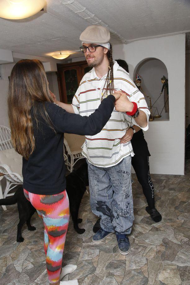 Tanssikuntoutuksessa aivot saavat informaatiota monen aistin kautta. Tässä Mikaelin tanssipartnerina avustaja Virginia Braz.