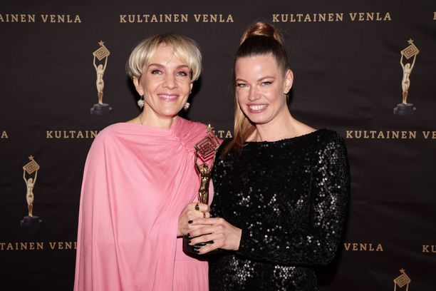 Tuottaja Jenni Sippo edusti Maria Veitolan rinnalla Venla-gaalassa.