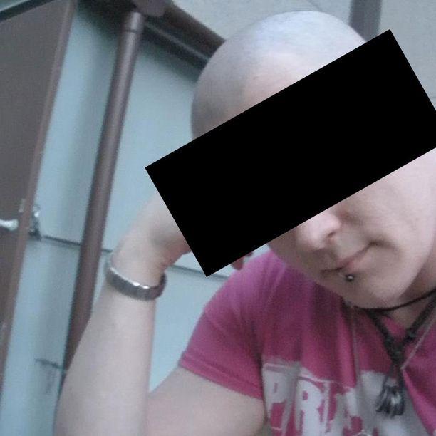 Tämä mies on huijannut uhreiltaan lähes 25 000 euroa. Uhrien mukaan miehen ulkonäkö on muuttunut useamman kerran vuosien varrella. Välillä miehellä on lävistyksiä kasvoissaan, välillä ei. Sen lisäksi hän vaihtelee hiustyyliään kaljusta hieman pidempään malliin. Mies on noin 184 senttimetriä pitkä ja hänellä on ruskeat silmät. Poliisi on tutkinut miehen toimia useissa eri kaupungeissa.
