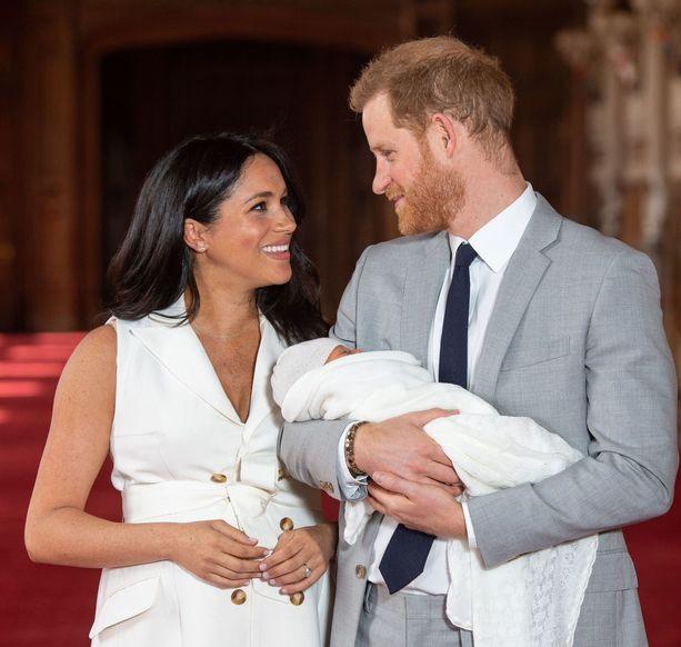 Herttuatar Meghan ja prinssi Harry esittelivät pienokaisen julkisuudessa kaksi päivää tämän syntymän jälkeen.