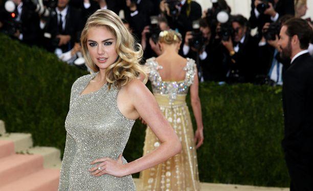 Huomio kiinnittyi Kate Uptonin nimettömässä kimaltelevaan timanttisormukseen eilisessä Met Galassa.