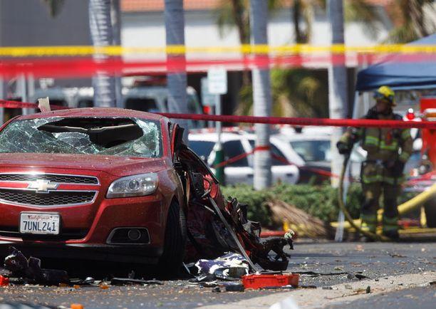 Kone osui parkkipaikalla olleeseen autoon.