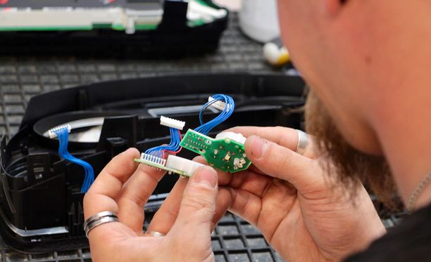 Mittariston viisarit kääntyvät pienten sähkömoottoreiden antamalla voimalla. Kapellimestarina ovat mittariston mikropiirit, jotka taas saavat tietoja auton eri ohjainlaitteilta.
