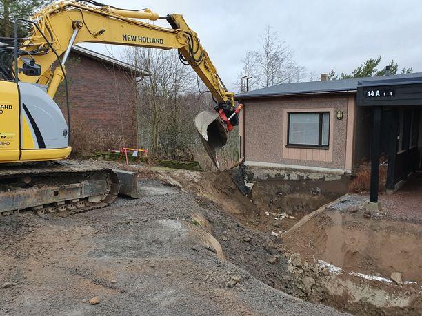 Perjantaina iltapäivällä tontilla oli useita rakennusmiehiä ja pari kaivinkonetta työn touhussa.