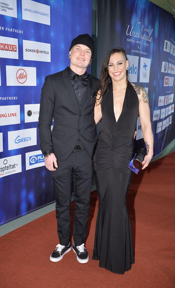 Niklas Räsänen ja Eva Wahlström sanoivat tahdon 40 henkilön läsnä ollessa.
