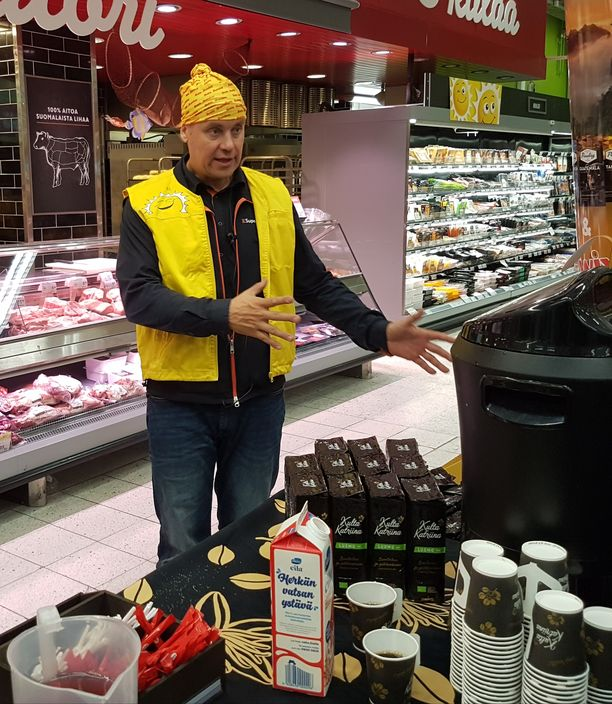K-supermarket Herkkupadan kauppias Jyrki Huttunen järjesteli juhlakahveja torstaina.