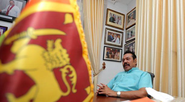 Entinen presidentti ja pääministeri Mahinsa Rajapaksi nousi Sri Lankan pääministeriksi viime vuonna. Poliittinen tilanen rauhoittui vasta sen jälkeen Rajapaksa erosi tehtävästään joulukuussa.