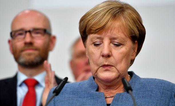 Saksaa jo 12 vuotta johtanut Angela Merkel oli ymmärrettävästi pettynyt vaalitulokseen.