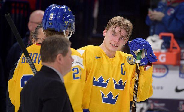 Lias Andersson kuvassa nuorten MM-finaalin jälkeen. Ruotsi hävisi finaalissa Kanadalle.