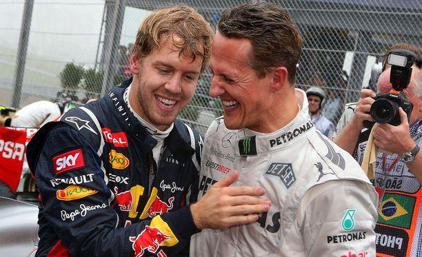 Sebastian Vettel ja Michael Schumacher vuonna 2012. Vettel oli juuri voittanut kolmannen maailmanmestaruutensa.