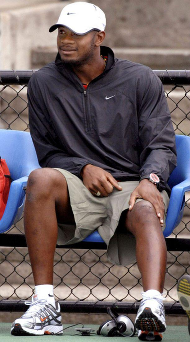 Asafa Powell pitää hallussaan 100 metrin maailmanennätystä.