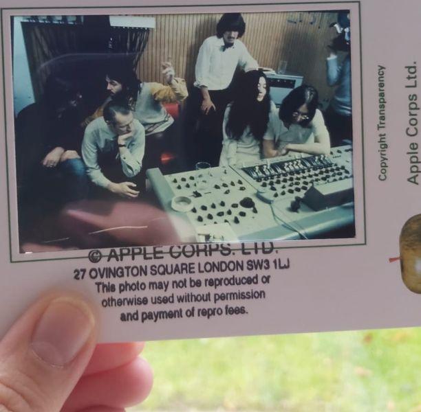John Lennonin (oikealla) puoliso, taiteilija Yoko Ono oli yhtyeen loppuvaiheille tuttu näky miehensä seurassa.