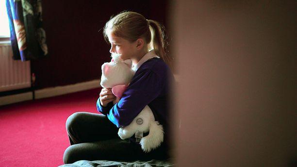 Iso-Britanniassa joka neljäs lapsi joutuu elämään köyhyydessä. 10-vuotias Kelly Louise perheineen on joutunut muuttamaan useita kertoja tilapäisasunnosta toiseen.