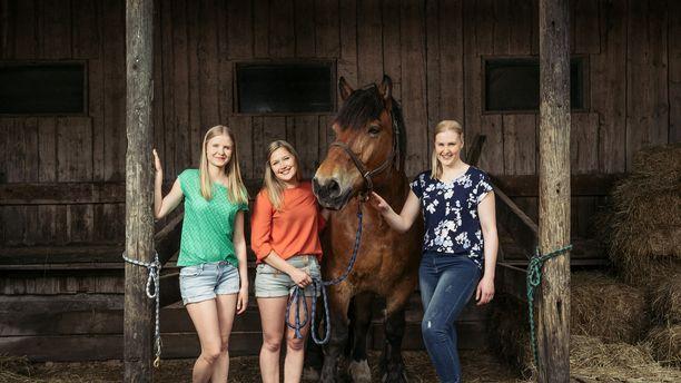 Tulevat eläinlääkärit Kia, Karoliina ja Sari saivat kandikesänsä päätökseen.