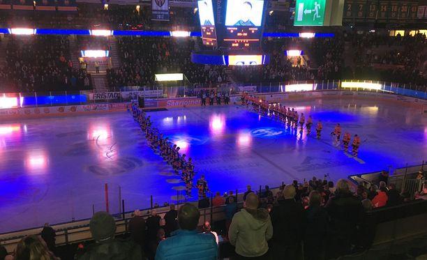 Mikko Saarisen muistoa kunnioitettiin keskiviikkona Hakametsän jäähallissa.