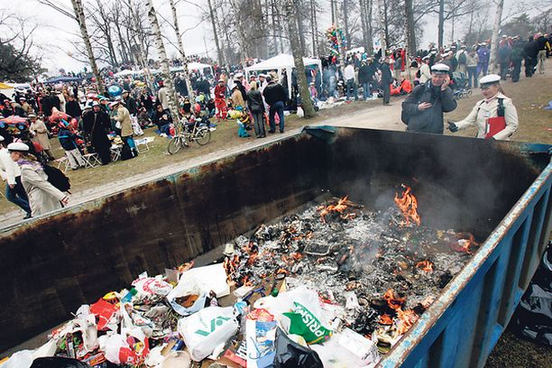 GRILLIT PALAVAT Pelastuslaitos on joutunut sammuttamaan vappuisin kertakäyttögrillien sytyttämiä tulipaloja.