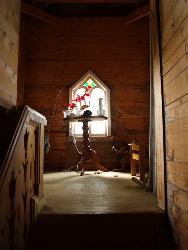 Portaat vievät torniin ja pienelle ullakolle.