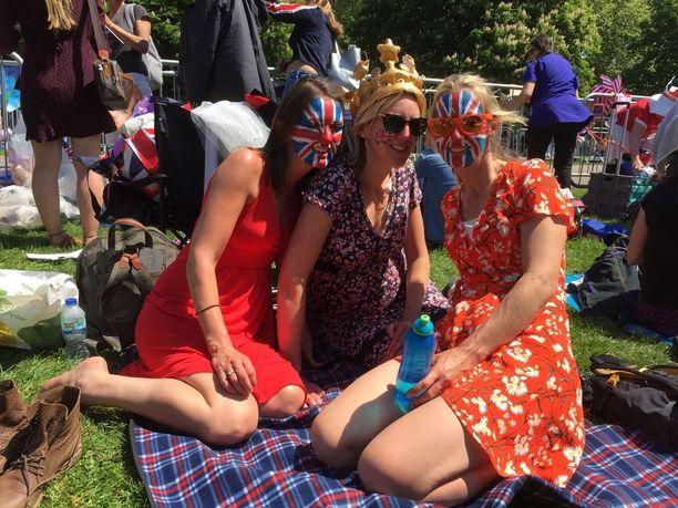 Claire Kinepatrick, Laura Wells ja Katie Davis ihastelivat kukkaisneitojen ja sormuspoikien suorituksia. -Ei ole helppo tehtävä 4-vuotiaalle pojalle kantaa huntua.