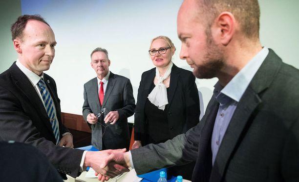 """Jussi Halla-aho ja Sampo Terho väittelivät EU:sta IS-TV:n tentissä. Halla-aho tivasi EU-kansanäänestystä väläytelleeltä Terholta, mitä mieltä hän on Suomen EU-jäsenyydestä. Terhon mukaan hän kertoo kantansa, kun """"asia on ajankohtainen""""."""
