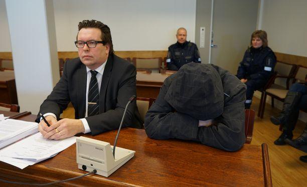 Tuomittu peitti kasvonsa maaliskuun puolivälissä oikeudessa, kun hänelle luettiin syytteet.