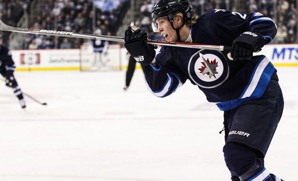 Patrik Laine johtaa NHL-tulokkaiden ja suomalaispelaajien maalipörssiä 30 osumallaan.