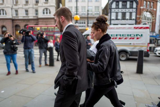 Alfie Evansin vanhemmat menivät kuuntelemaan viimeistä tuomiota perjantaina oikeusistuimeen Lontoossa.
