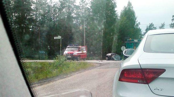 Kaksi mopoautolla liikenteessä ollutta lukiolaispoikaa kuoli juhannuksena törmättyään ambulanssiin.