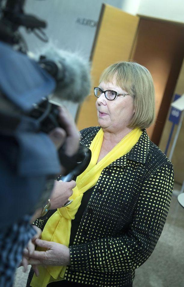 Kansanedustaja Annika Lapintie (vas) toimii perustuslakivaliokunnan puheenjohtajana. Valiokunnan puheenjohtajuus ei ollut keväällä 2015 kaikkein kuuminta hottia.