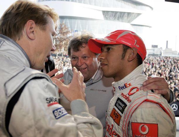 Lewis Hamilton kuunteli tarkasti Mika Häkkisen puheita vuonna 2008.