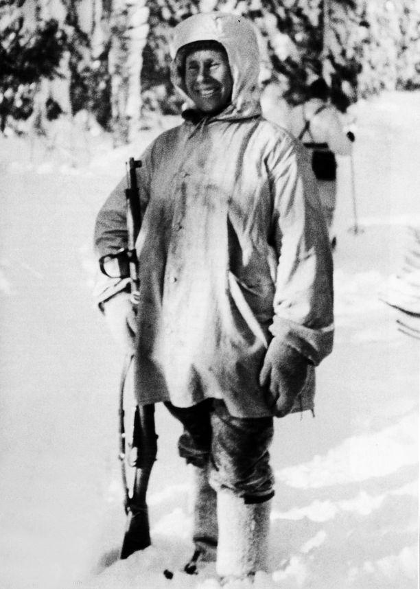 """Simo Häyhän arvioidaan olevan maailman parhaita tarkka-ampujia. Rajan takana häntä kutsuttiin """"Valkoiseksi kuolemaksi""""."""