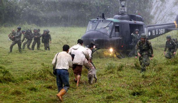 Taiwanin puolustusvoimat hakivat maanvyöryiltä säästyneitä Hsiasolin vuorilta.