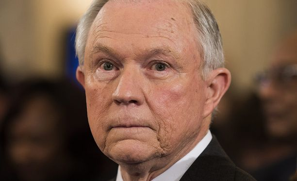 Kun Sessionsilta kysyttiin homojen avioliitto-oikeudesta ja abortista, hän vakuutti noudattavansa maan lakia. Sessions on tunnettu abortin vastustaja.