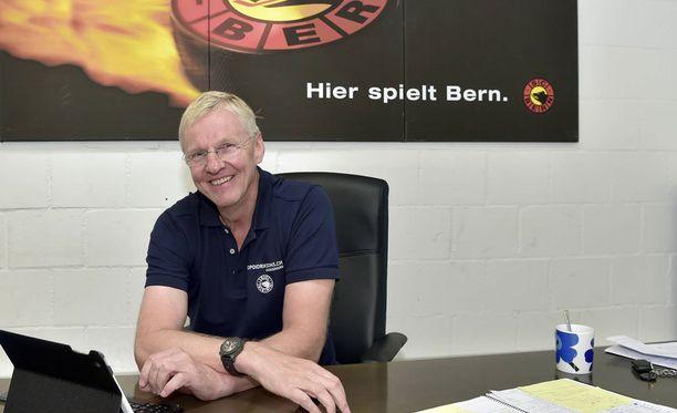 Kari Jalonen suunnitelee taktiikkaa seuraavaan Biel-otteluun.
